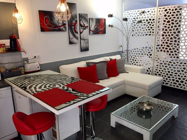 Red and Grey Loft moderno centrale WIFI Free