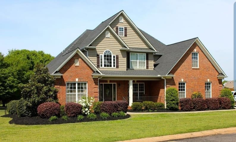 Gorgeous 5 Bedroom, 3 Bath Home with Swimming Pool