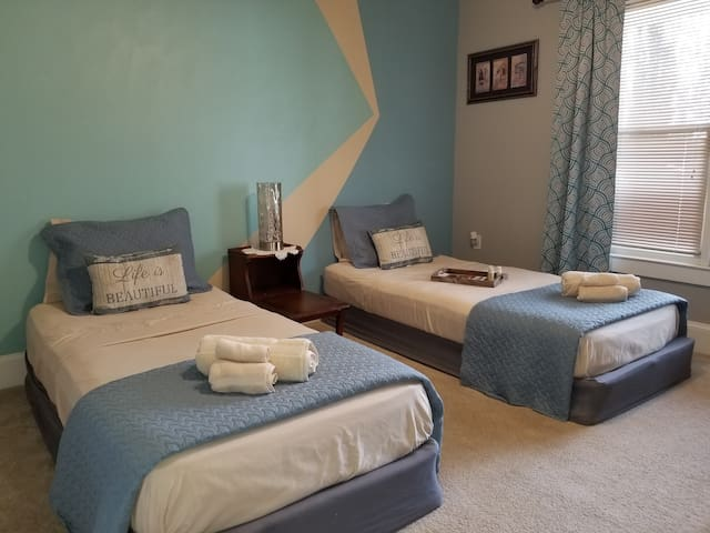 Blue room 8mins from airport & 10mins from city