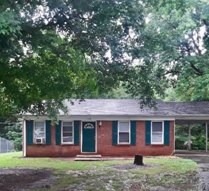 Complete 3 Bed House Close to I-40