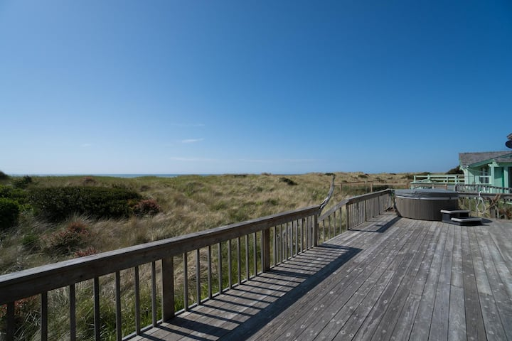 Discover Daly's oceanfront 3 bedroom beach house w/ hot tub in Waldport!