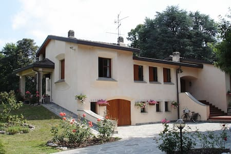 Countryside villa in a large garden with pool - Osnago