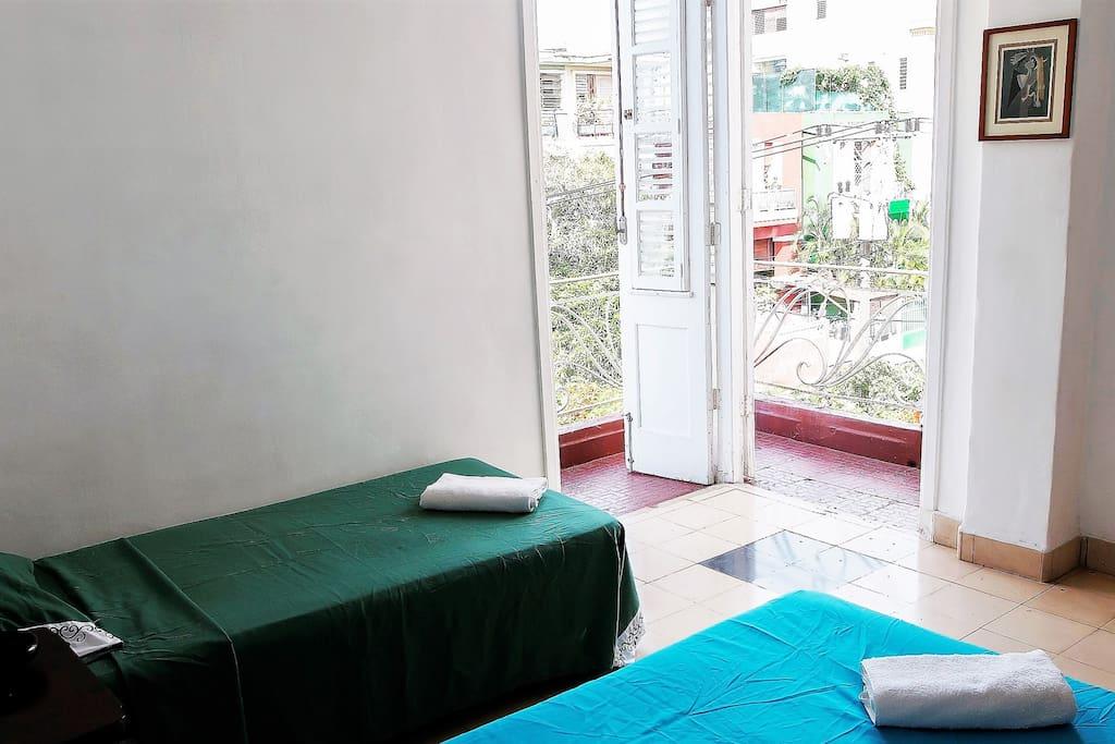Habitación con un amplio y agradable balcón.