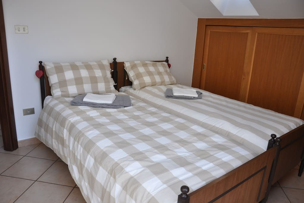 Bedroom with two single beds. Camera da letto con 2 letti singoli