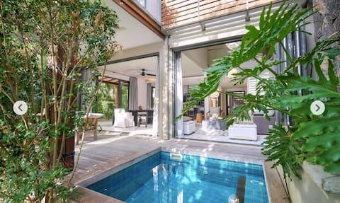Villa design sur l'eau et bateau