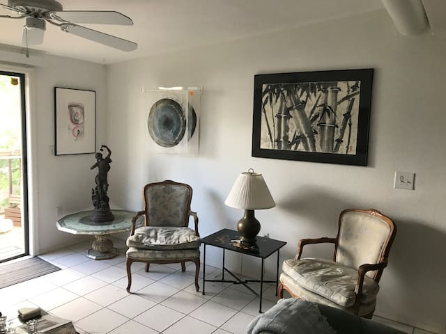 2 BR/2 BA Apt Near Downtown, Hyatt & St Armand's
