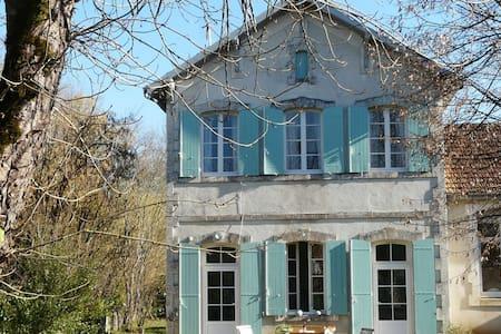 Elegant vakantiehuis in Grézels met een tuin en terras