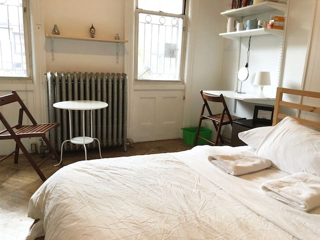 Super Cute Bright Room, 15mins to NYC w/ desk