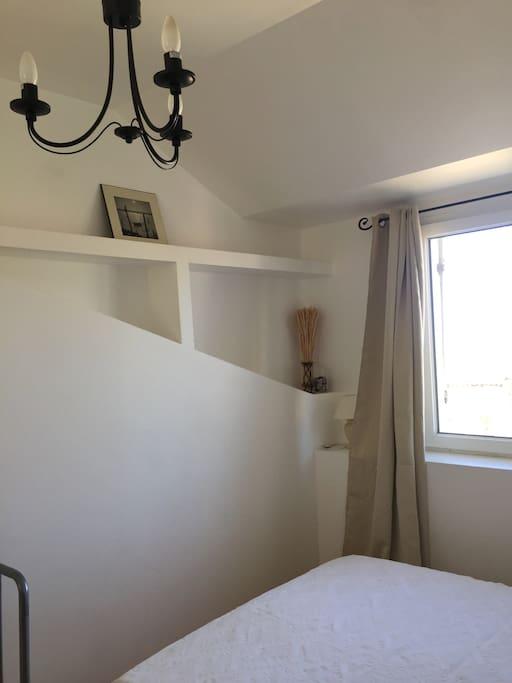 La chambre de l'étage : Confortable et très lumineuse.
