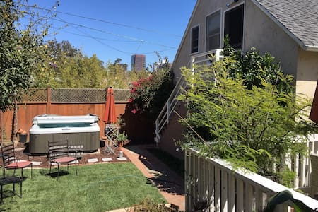 Charming Cozy Brentwood Studio walk to EVERYTHING!