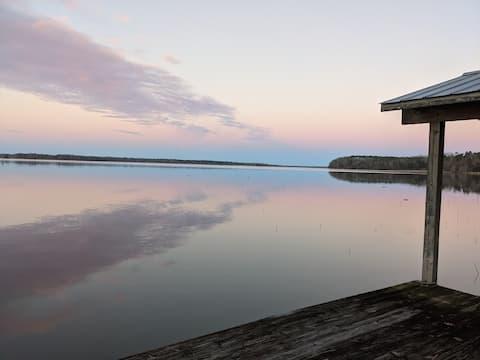 Cabaña de troncos en el lago