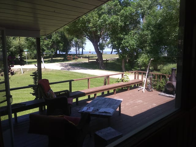 Year round cottage by Wpg Beach with woodstove