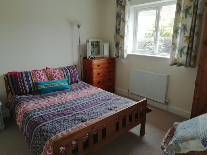 Budleigh dbl room and bathroom for couples/singles