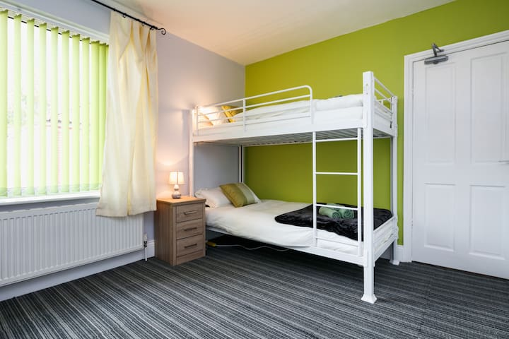 Spacious Beautiful room close to Old Trafford - Stretford - Bed & Breakfast