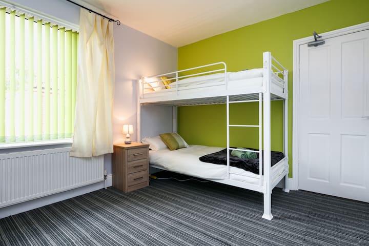 Spacious Beautiful room close to Old Trafford - Stretford - Pousada