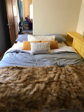 Queen bed super cozy!!