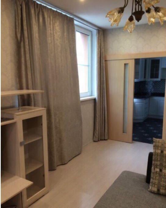 Гостиная и вход в кухню