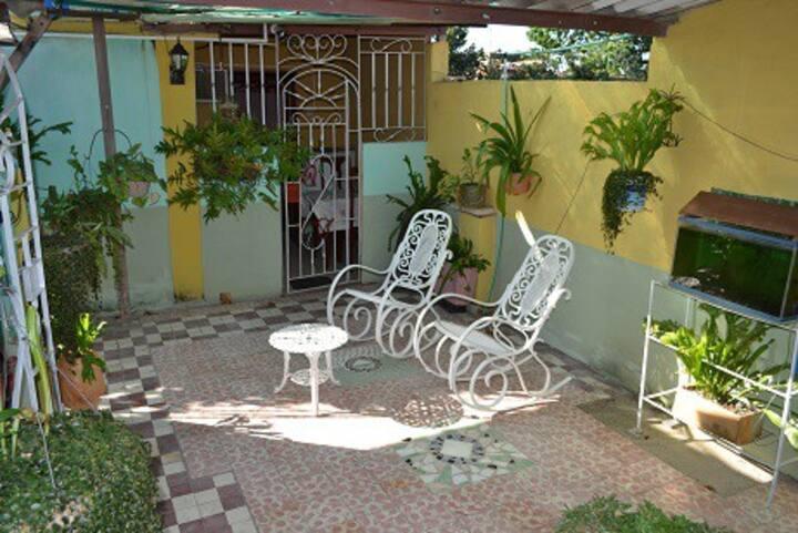 En casa,en familia: Hostal Los Helechos te espera