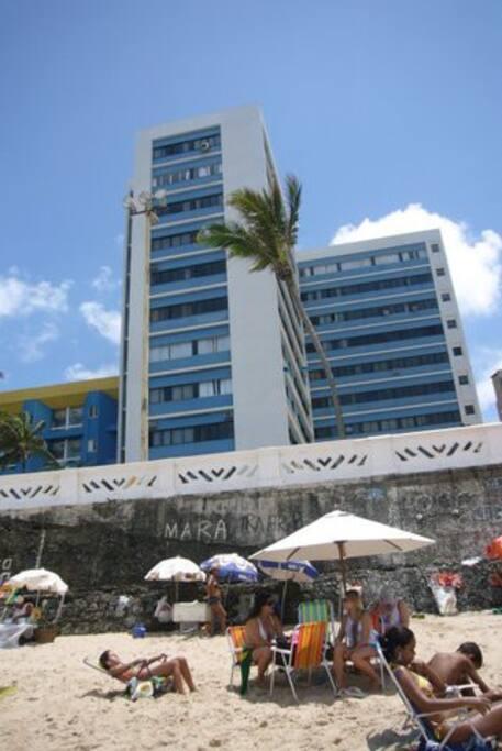 Your Building! Just a few steps from the beach /  Prédio com a praia a 10 passos! (Prédio alto azul e branco)