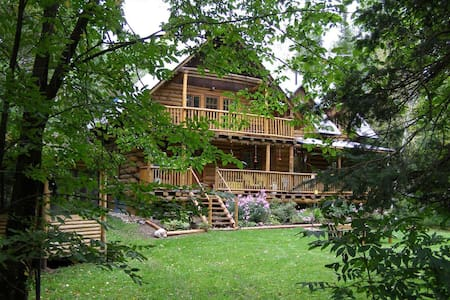 Charming Waterfront Log Home Near Ottawa