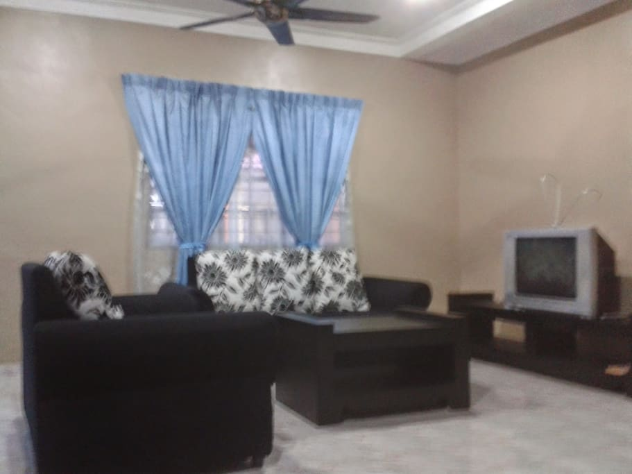 Ruang tamu utama mempunyai satu set sofa beserta Tv