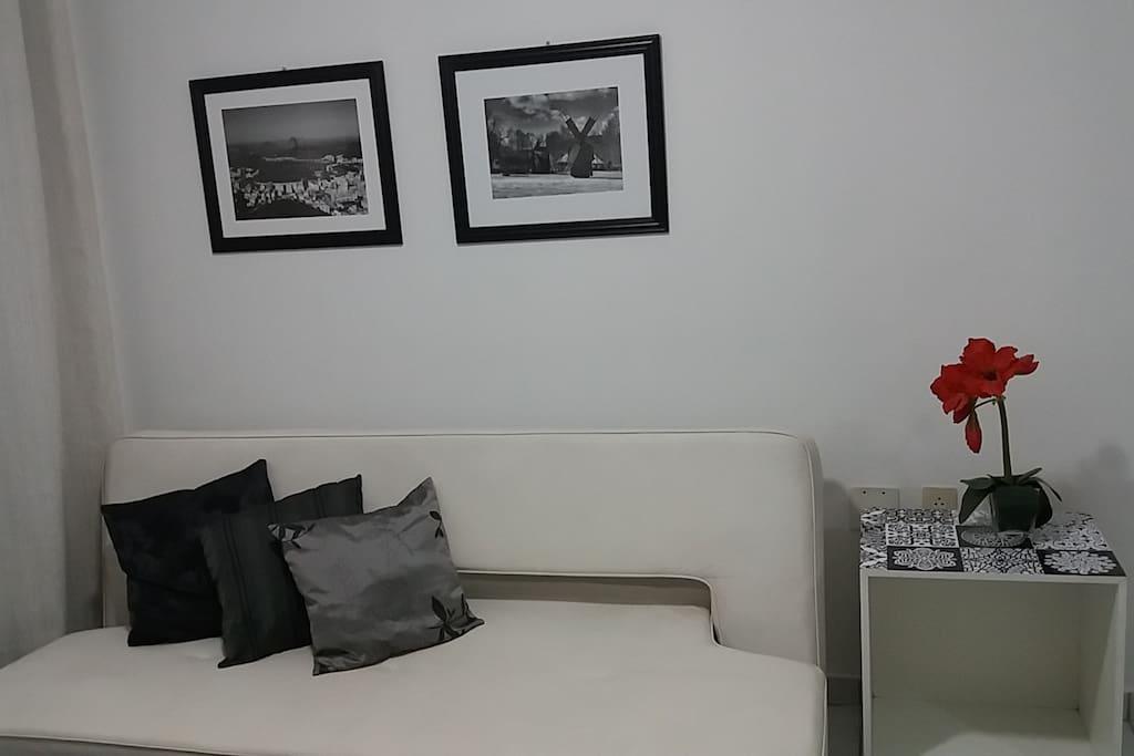 Sala com sofá cama e ventilador de teto