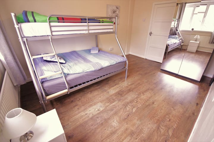 (GOD-A)PRIVATE ROOM FOR 3 NEAR REGENTS CANAL