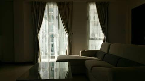 Habitación pequeña y económica en un apartamento de lujo