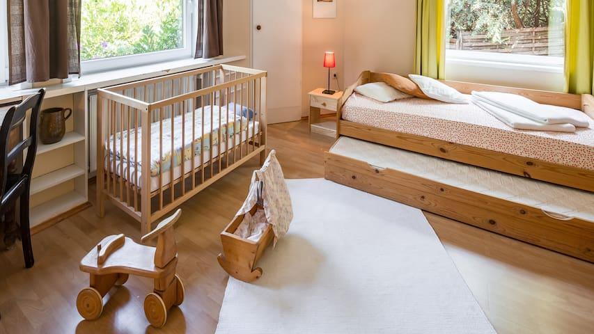Kinderbett und Spielzeug auf Wunsch