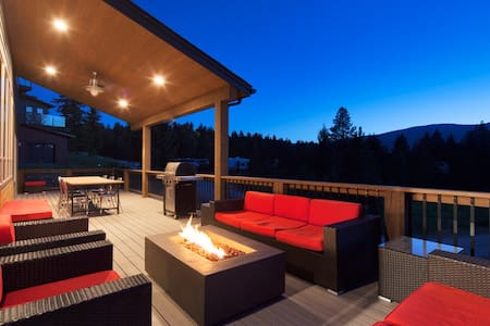 Modern Montana cabin, sleeps 12, walk to marina