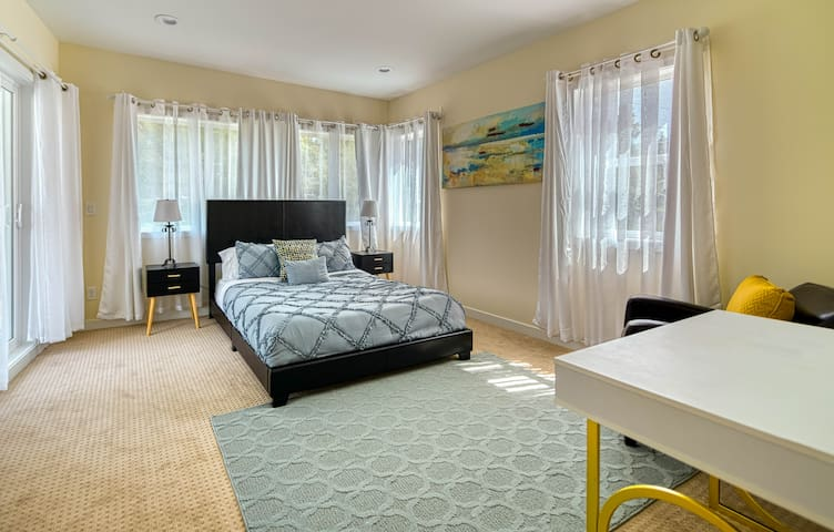Luxurious and Spacious Modern Room on Third Floor