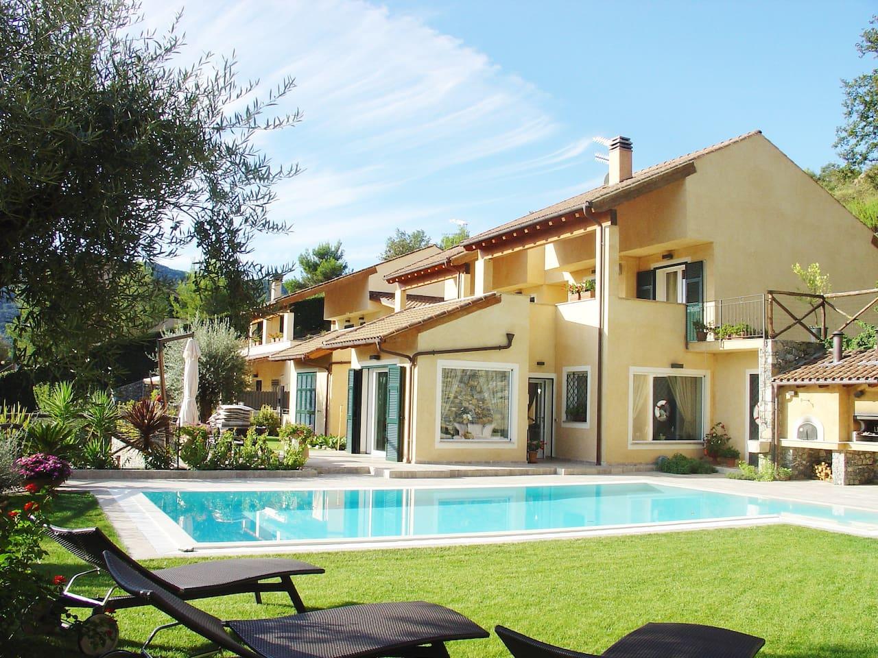 Villa lato piscina