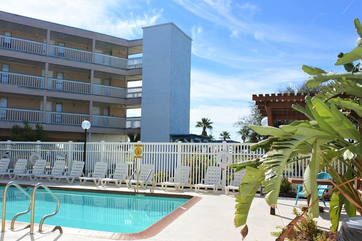Condo oasis: Beach/pool & retreat mins from DT