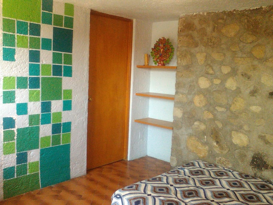 Independent room with bathroom / Cuarto independiente con baño.