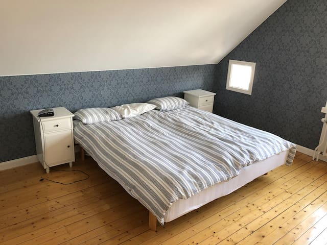Dubbelsäng i stora sovrummet