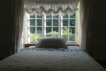 Double en-suite bedroom with garden view - Cannington
