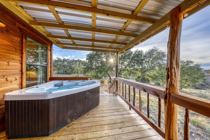 Studio connected to a brand new cabin w/ kitchenette - in heart of wine country!