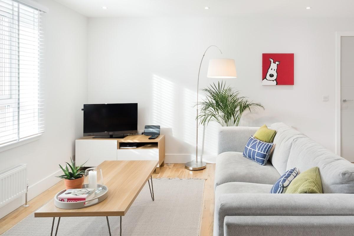 Contemporary Light Filled Apartment Close to the City Centre
