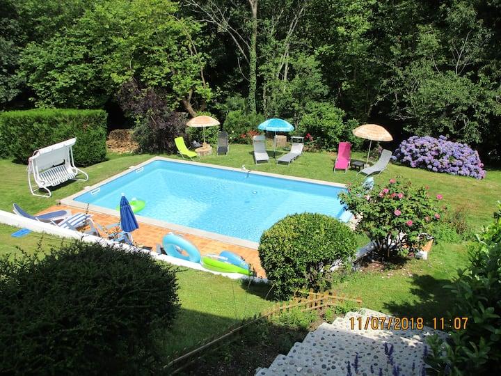 Chambre privée dans villa avec piscine