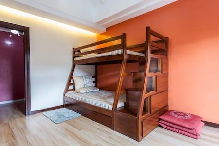 Spacious room w/attic for rent! - Los Baños - Bed & Breakfast