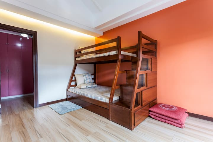 Spacious room w/attic near UPLB W/ fiber wifi
