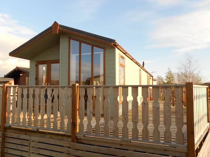 2 bedroom Sherwood lodge with large decking area