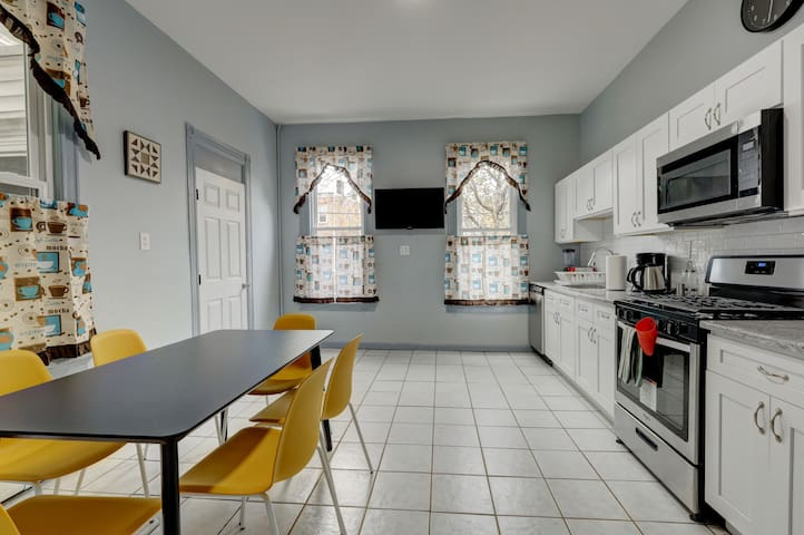 NEW house TV WIFI 30 min to NYc full kitchen