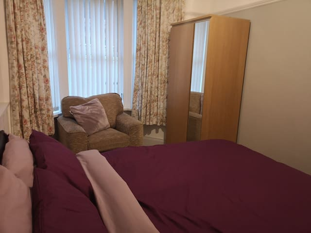A clean spacious double room in a shared house (1)