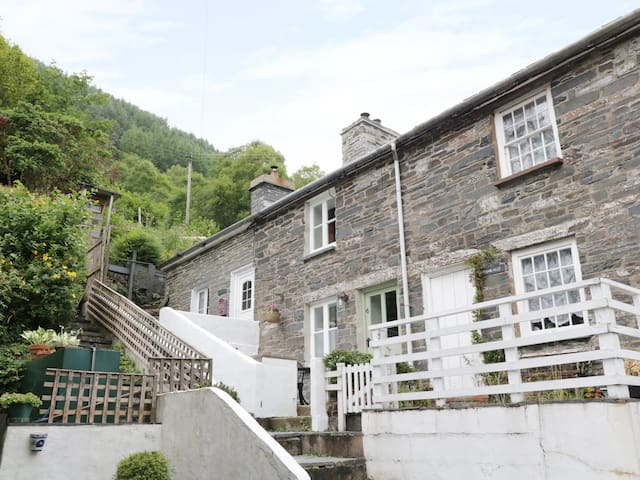 TANRALLT, romantic, character holiday cottage in Corris, Ref 985721