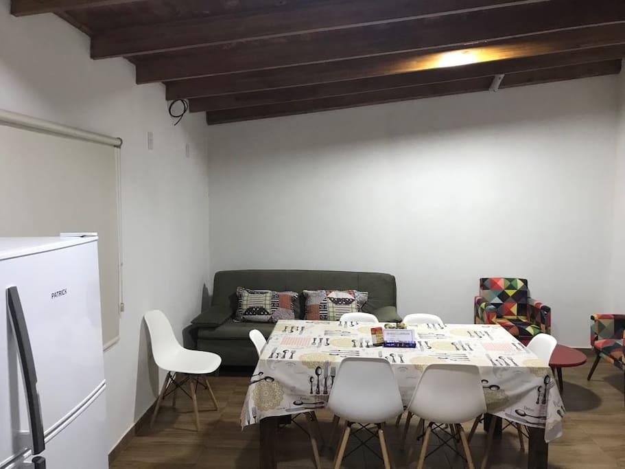 Sala, comedor y cocina con sofá cama