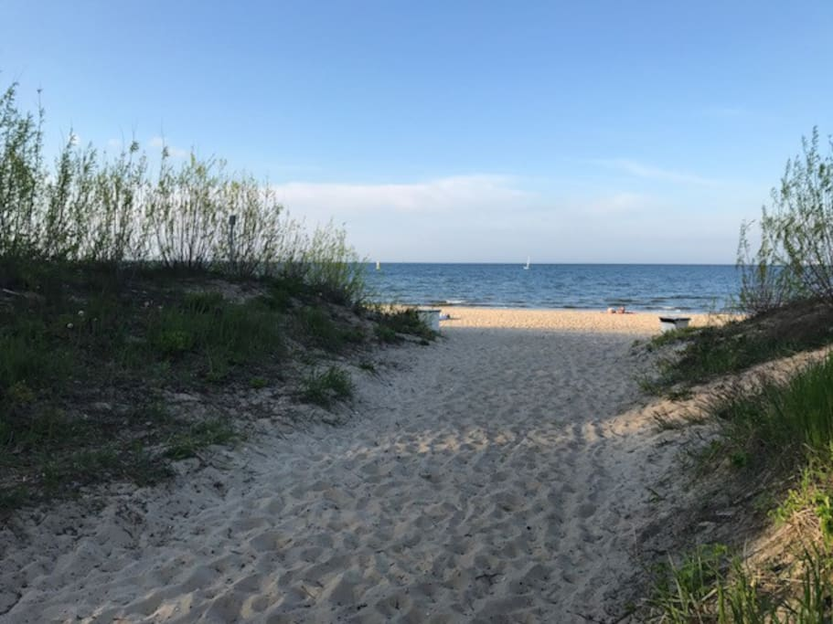 3 minuty do plaży. Przy silnym wietrze z morza słychać szum morza.