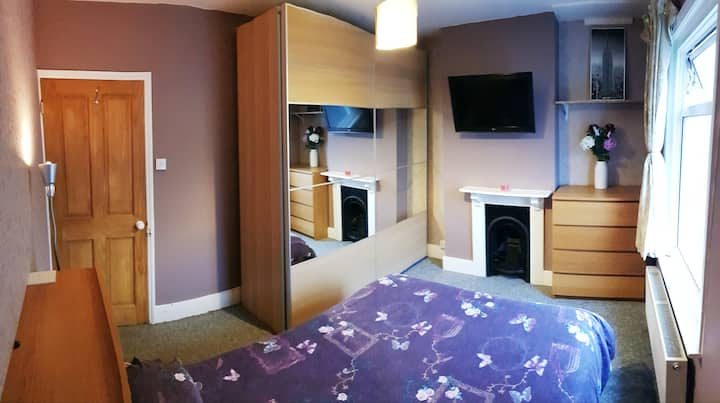 Comfortable double room. 10 mins from the station!
