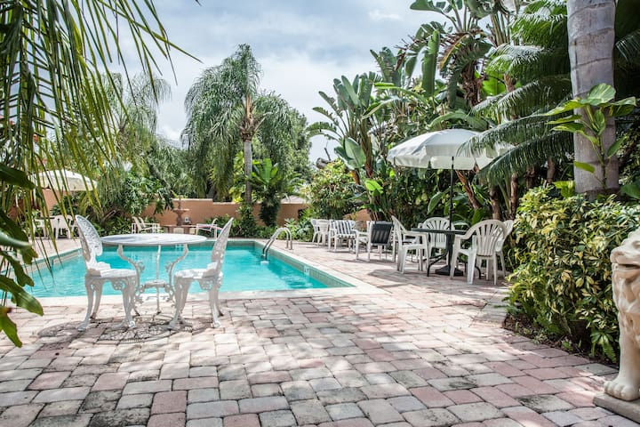 Kings Room w balcony & hot tub blocks from Beach - Daytona Beach - Bed & Breakfast