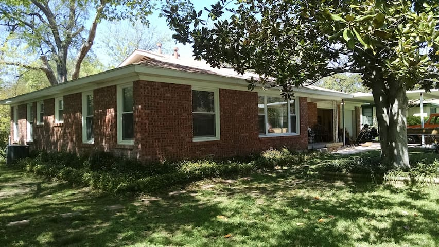 Quiet & welcoming private room/bath + common area - Richland Hills - Rumah